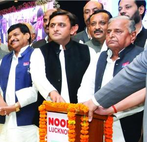 Akhilesh and Mulayam Yadav at the Lucknow Expressway opening